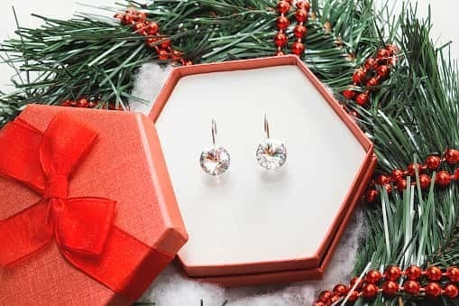 女性に贈るイヤリングのクリスマスプレゼント 人気ブランドや