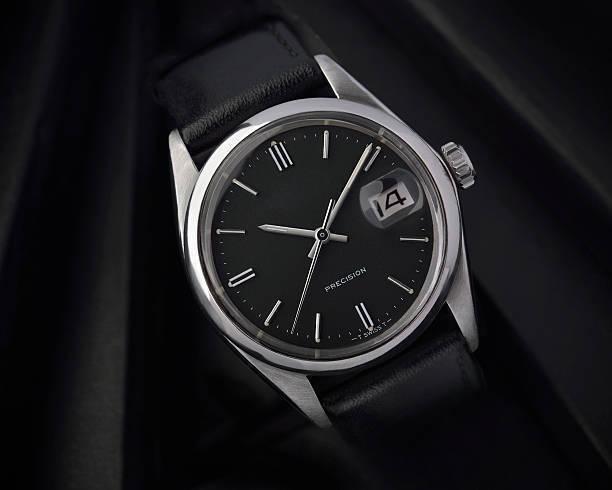 結婚式に腕時計を着用するなら、できるだけシックで落ち着いたデザインのものを選びましょう。おすすめは黒系のレザーベルト!目立ちすぎずフォーマルな場にも馴染み