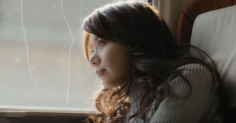車窓の外を眺める森カンナ